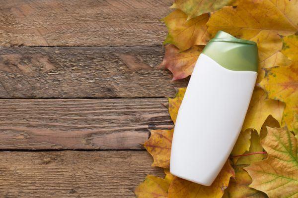 efectos-del-sulfato-en-el-pelo-champu-hojas-otono-istock